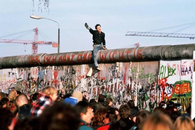 http://mrclark.aretesys.com/ss-091102-berlin-wall-22_ss_full.jpg